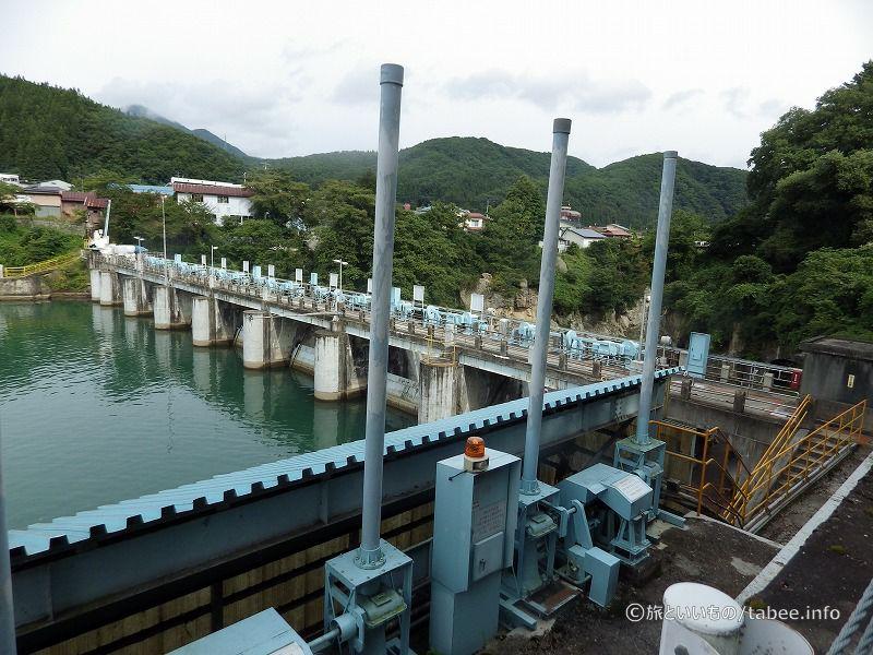 上流から眺めたダムと取水ゲート