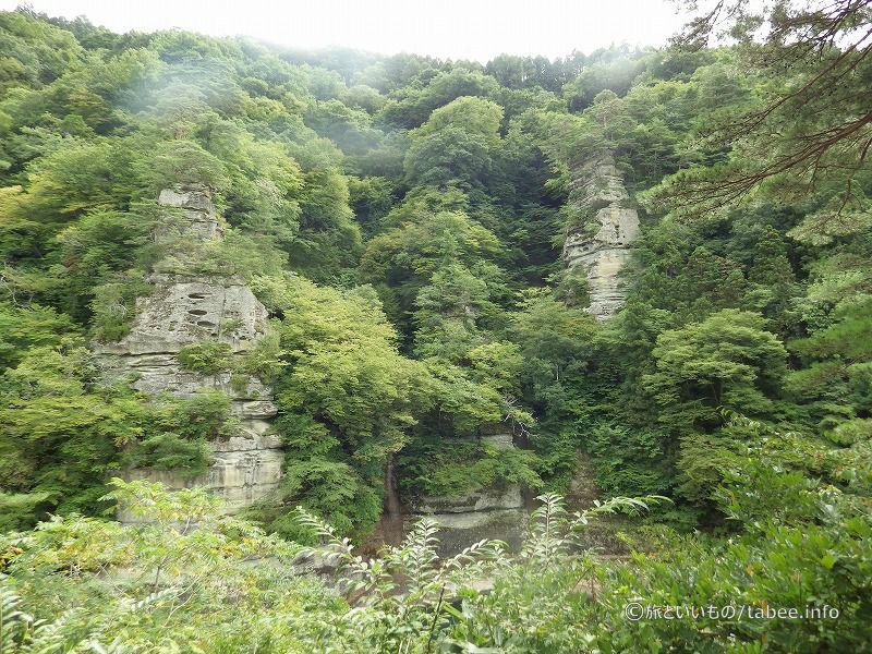 向こう岸には奇岩の数々
