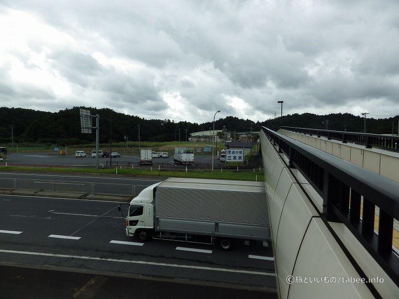 歩道橋の上から見た駐車場