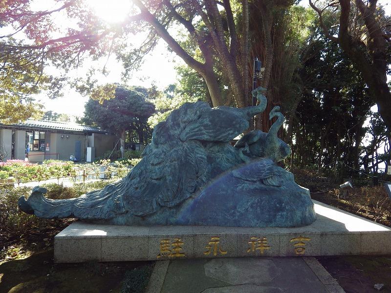 孔雀のブロンズ像