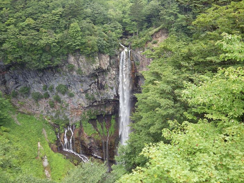 観瀑台にゆく途中に見えた滝