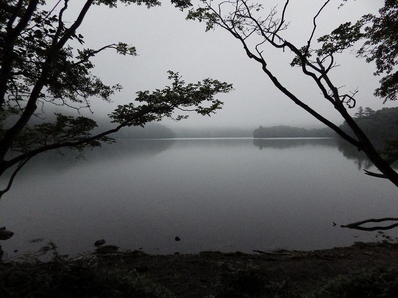 曇天で黄昏時なので水墨画の様な湯の湖
