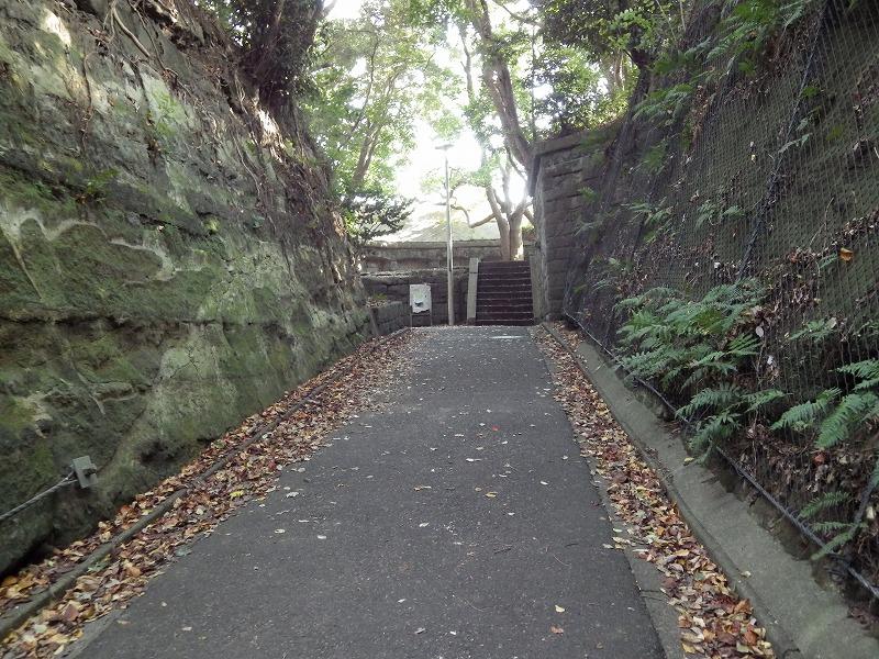 舗装された通路