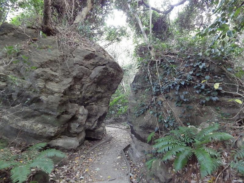狭い岩の間
