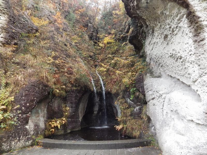 小さな滝があります