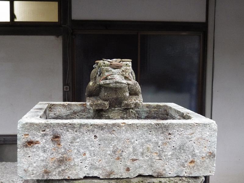 トイレ前のカエルの石像