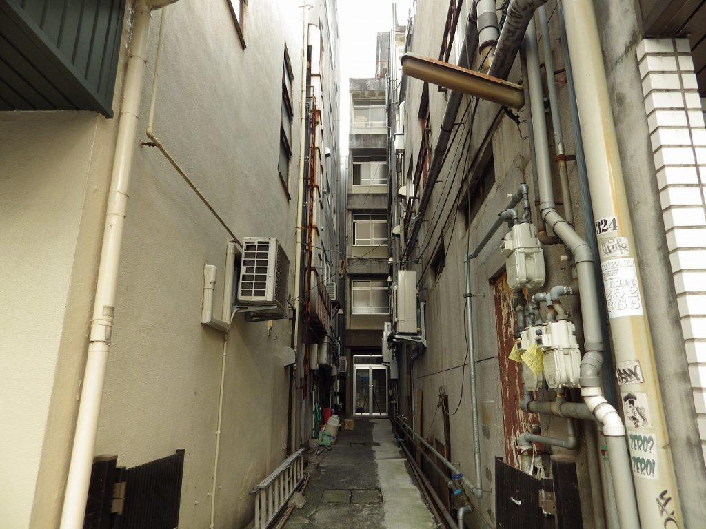 狭いビルの間口