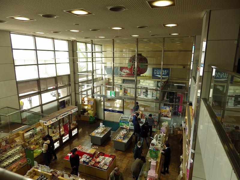 二階から物販店を眺めた様子