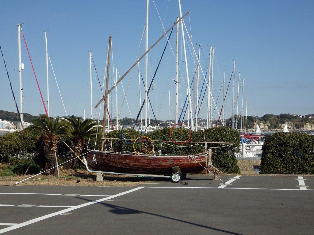 五輪付の古いヨット