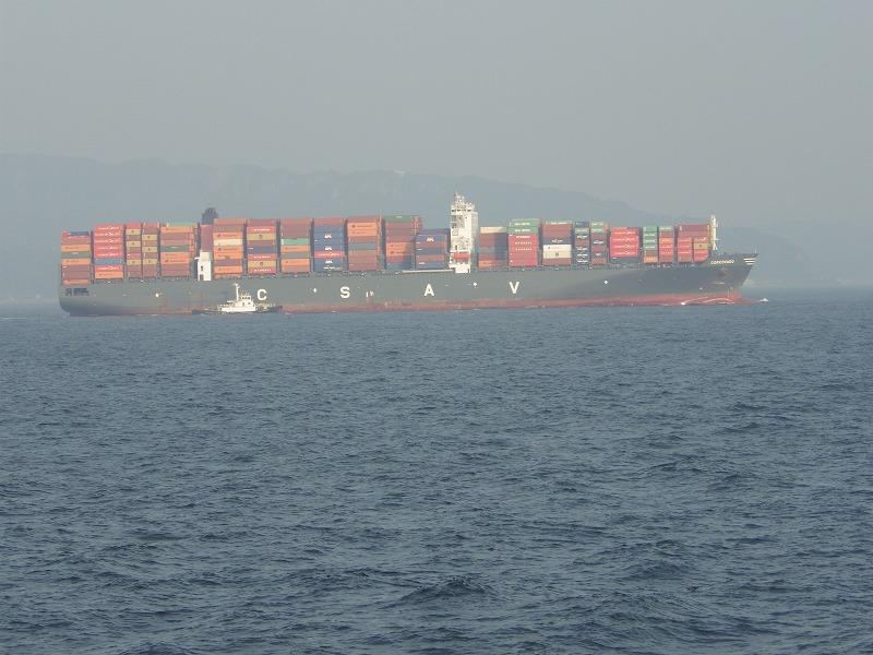 沢山の貨物を積んだ船も通ります。
