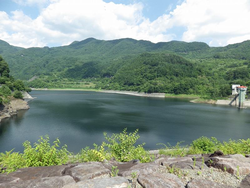 堤体から能泉湖をのぞむ