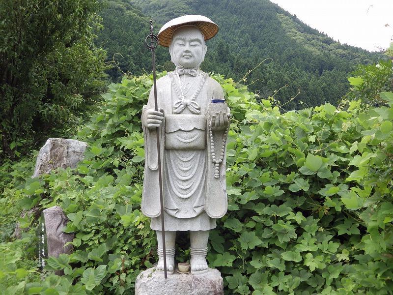 すぐそばに弘法大師の石像も有ります