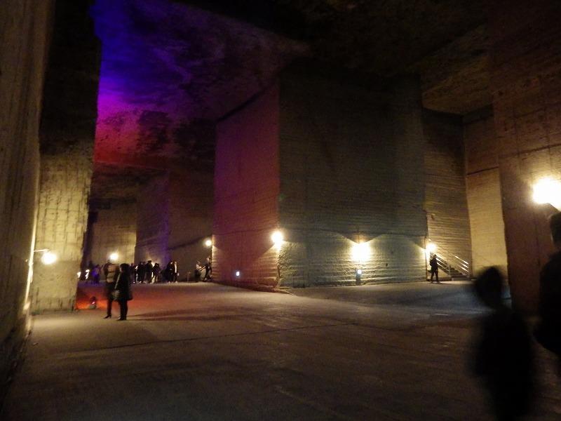 ライトアップされた坑内