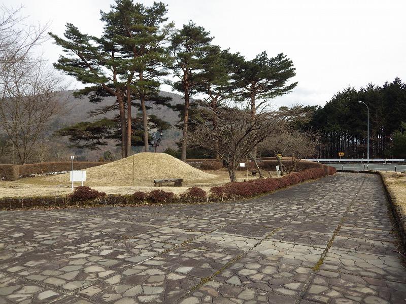 富士山を後ろに夕月公園を眺める