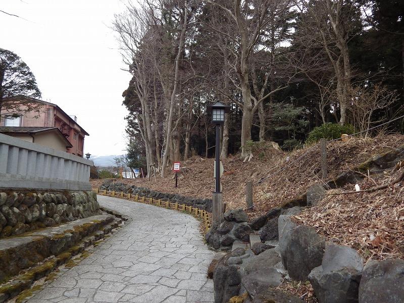 神社の横の道