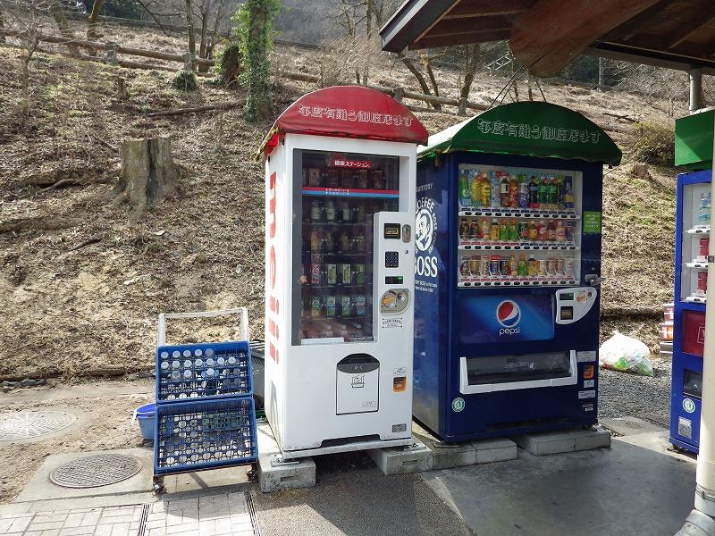 ちょっと珍しい瓶の飲物の自販機