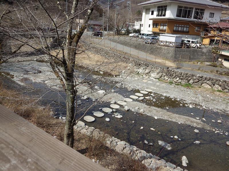 川を渡れるように石がありました