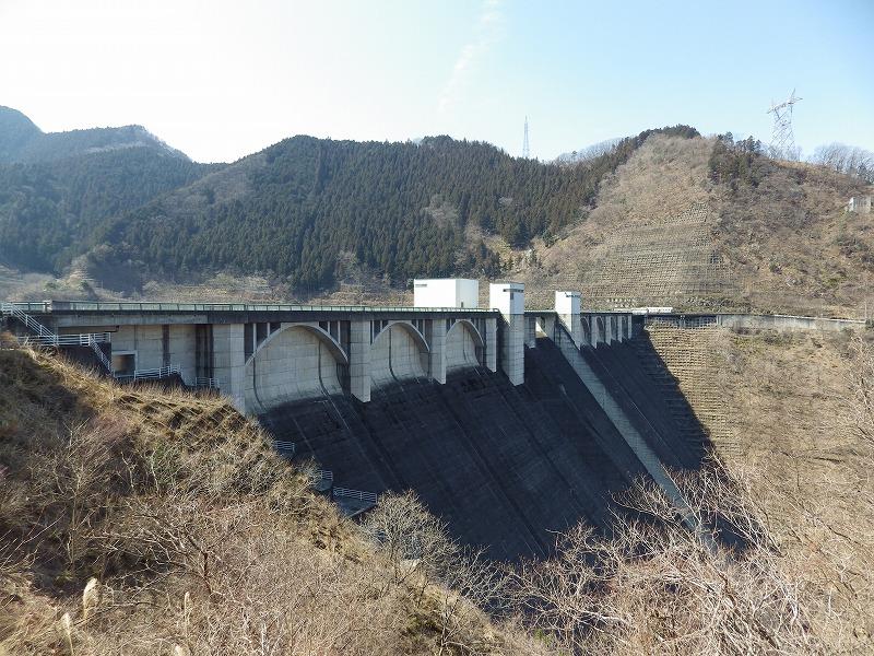 浦山ダムの堤体を眺める(洪水吐側)
