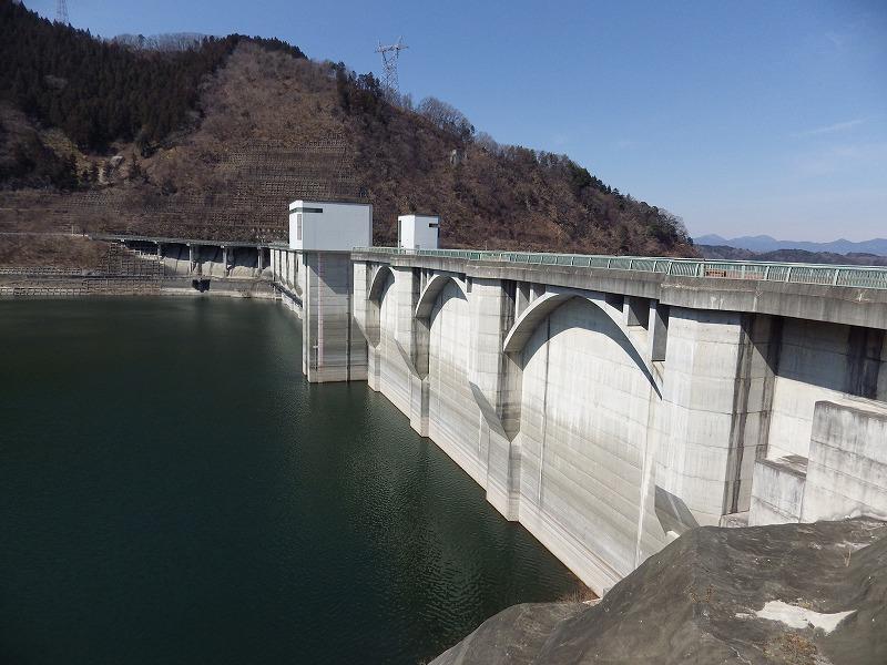 浦山ダムの堤体を眺める(貯水側)