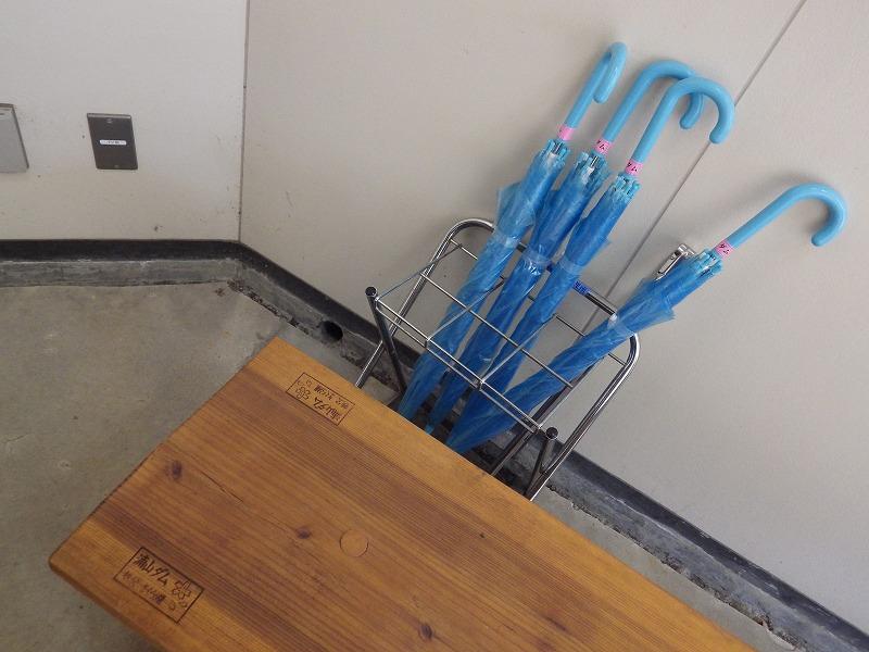 浦山ダムの傘、浦山ダムの刻印のあるベンチ