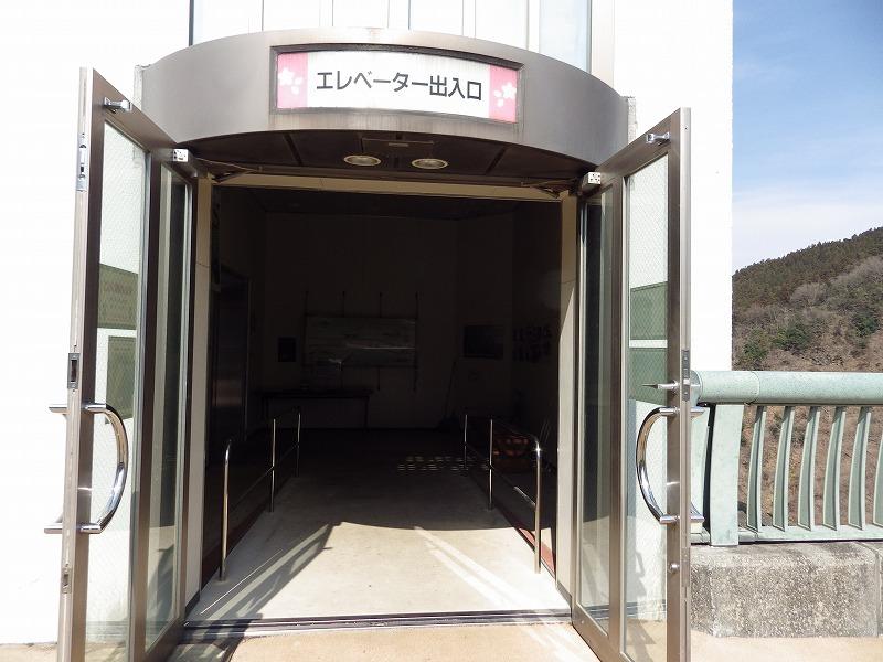 浦山ダムエレベーター出入口