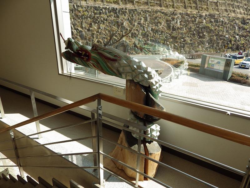 資料館入口階段の木彫りの龍