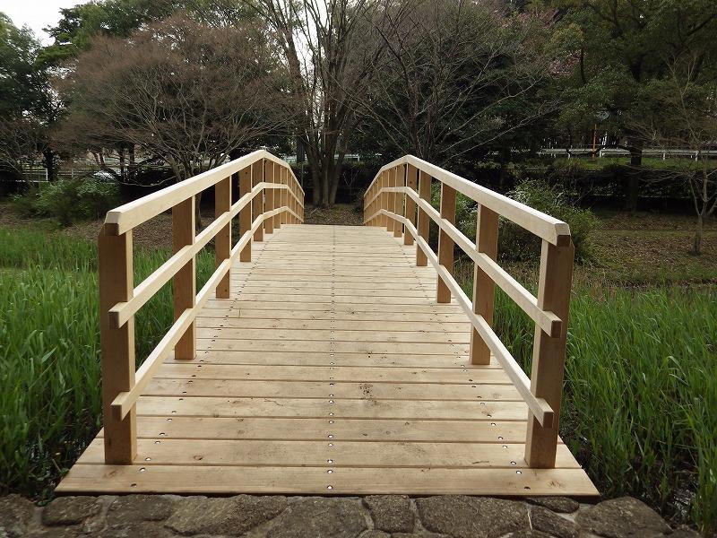 できて間もない感じの木製の橋