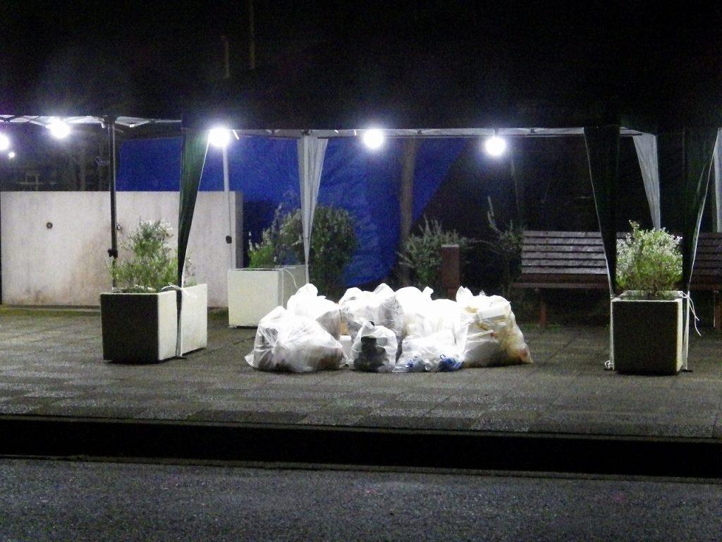 公園側のゴミ袋
