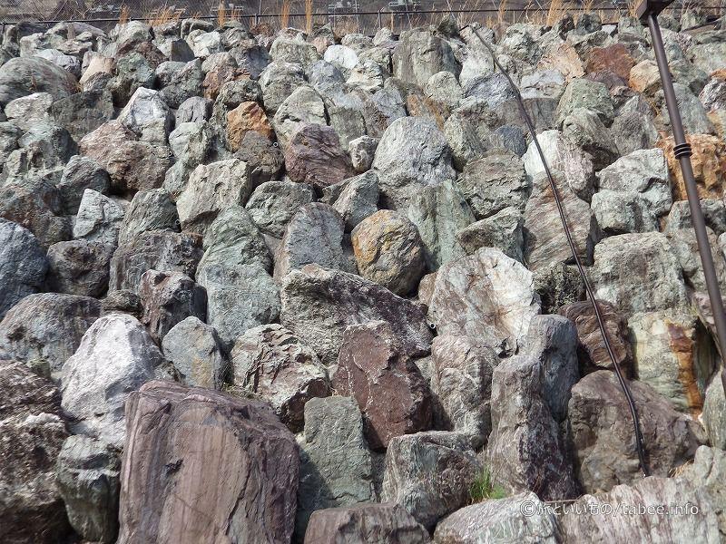 山の斜面の岩
