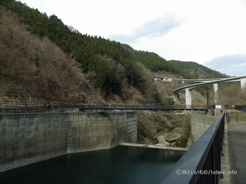 ダム放水口とループ橋