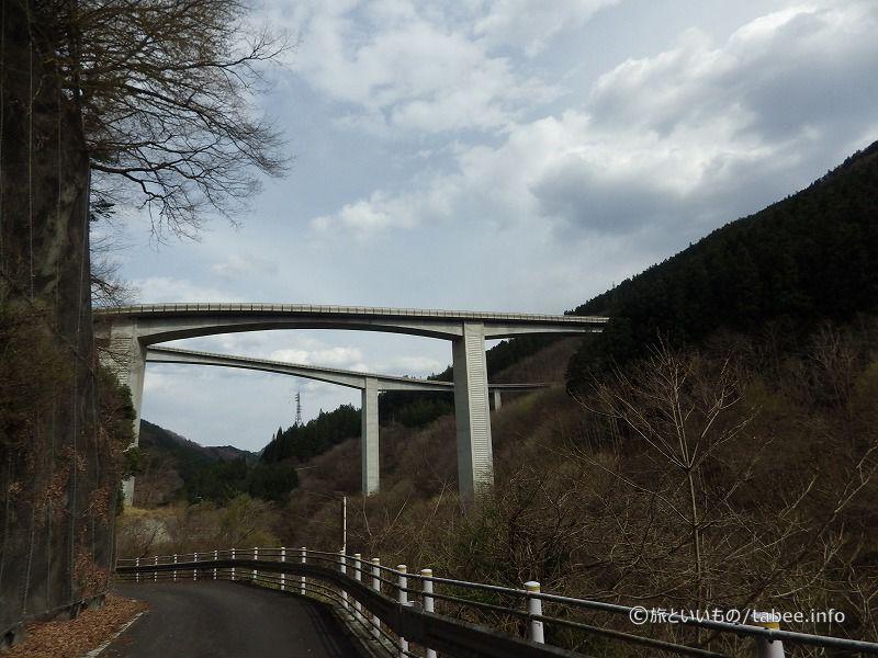 下からループ橋を眺める