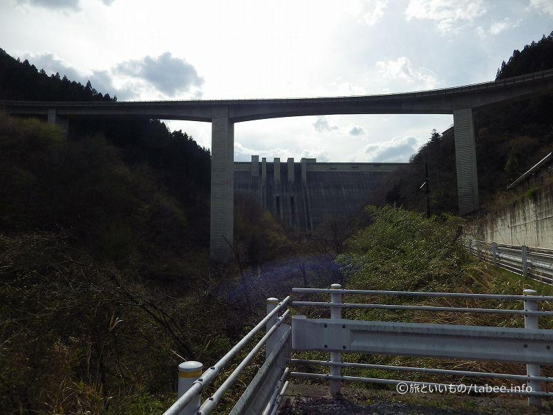 駐車場そばからダムとループ橋を眺める