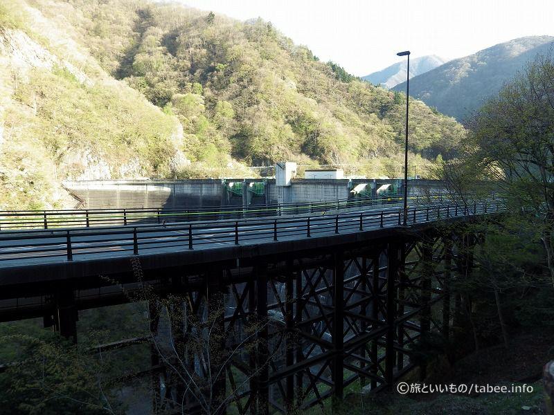 二瀬トンネルの辺りから眺めたダムと秩父湖大橋