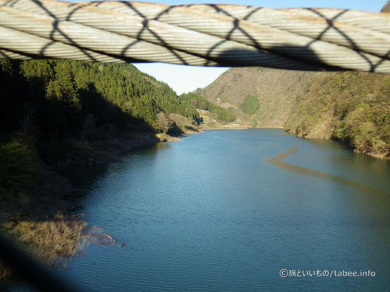 吊り橋の中央から上流を撮影