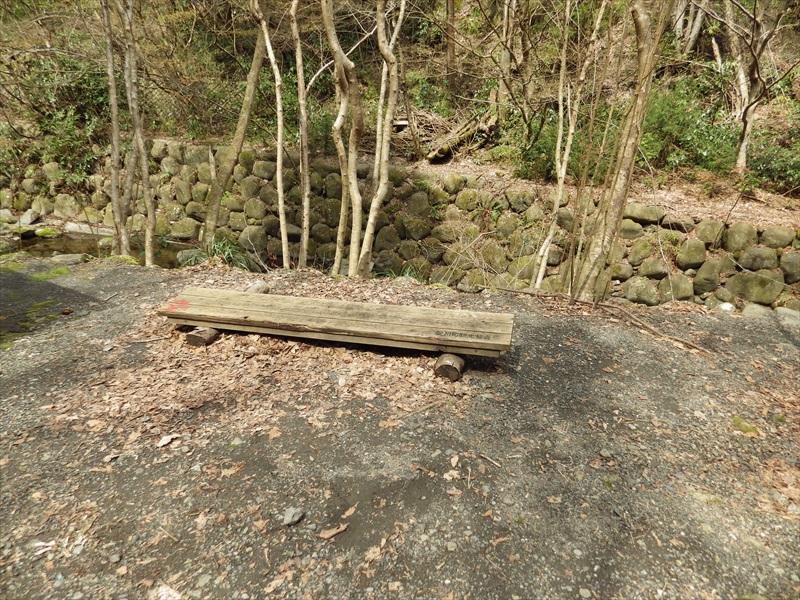 お社の横のベンチ