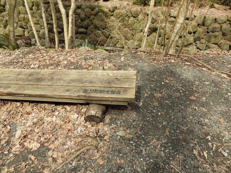 お社の横のベンチ2