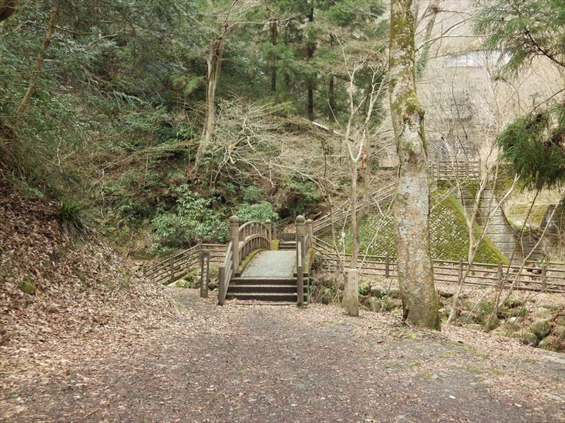 駐車場の先にある橋