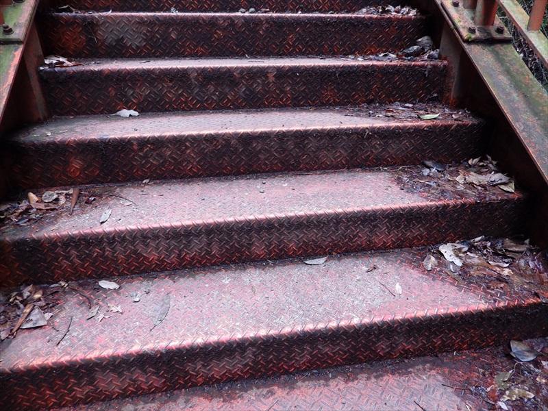 金属製の階段