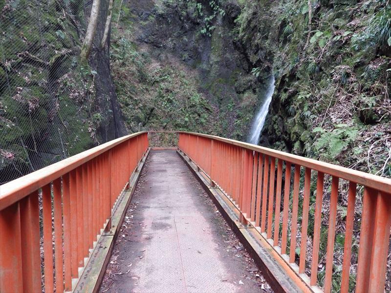 赤い歩道橋の様な観瀑台