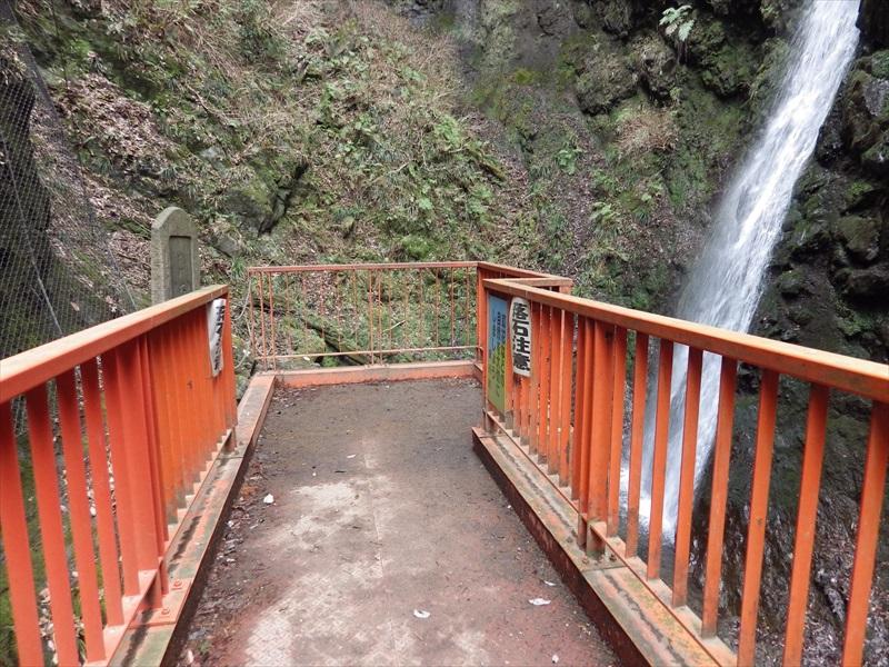 赤い歩道橋の様な観瀑台2