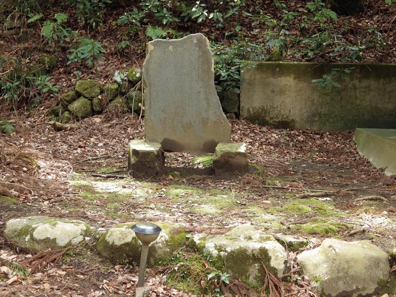 石碑とソーラー充電式照明