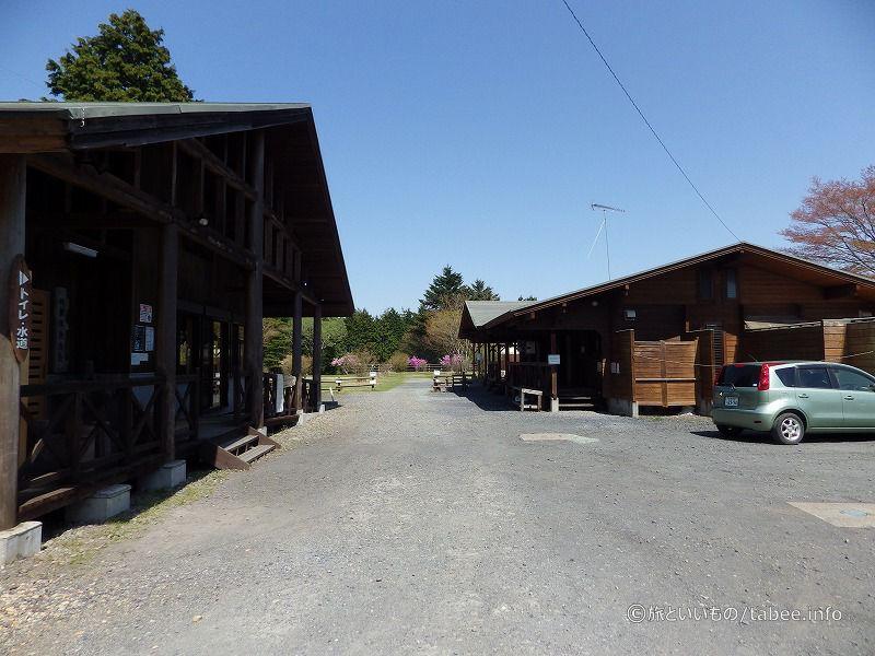 林業体験施設(左)とトイレ(右)