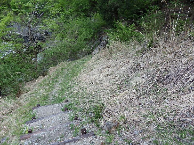 階段が終わり歩道に