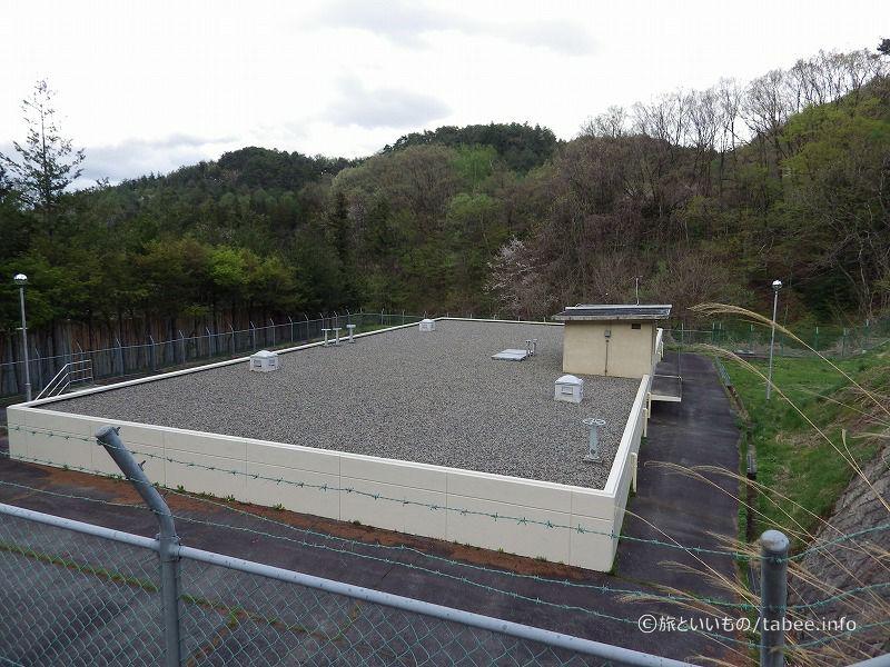 屋根には砂利が敷き詰めてあります