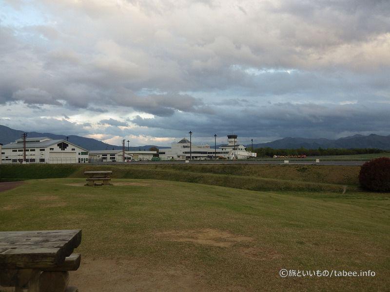 小高い丘から松本空港が見えます
