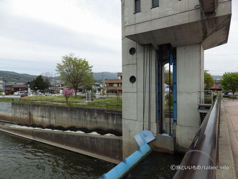 北寄りには段になった魚道が設けられています