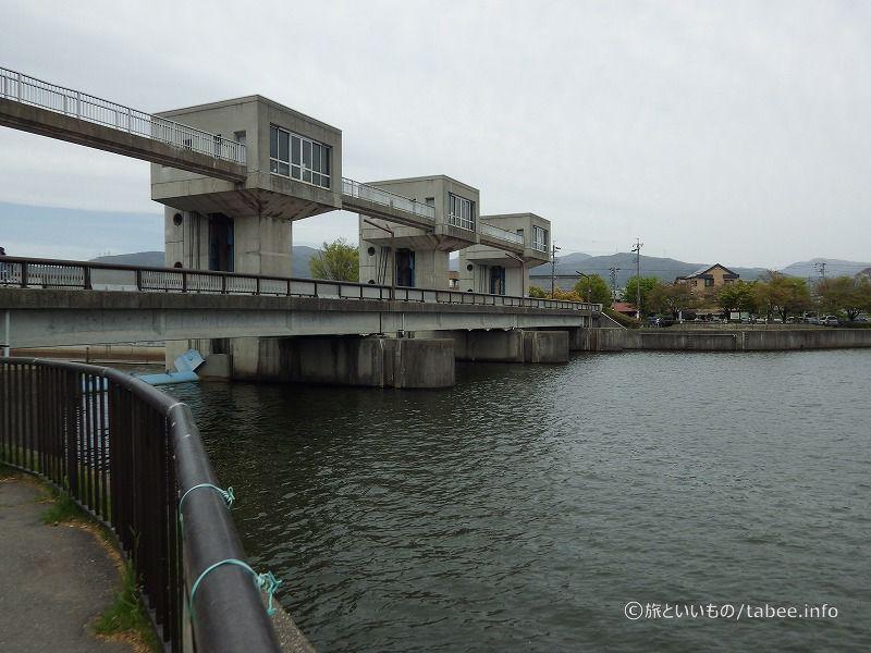 上流側から見た水門