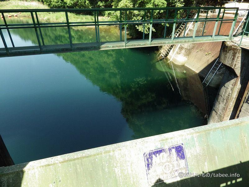 とても静かな場所にあるダムです