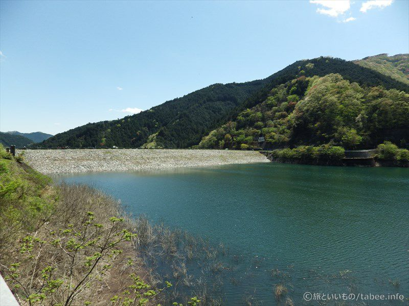 山と堤体と湖面