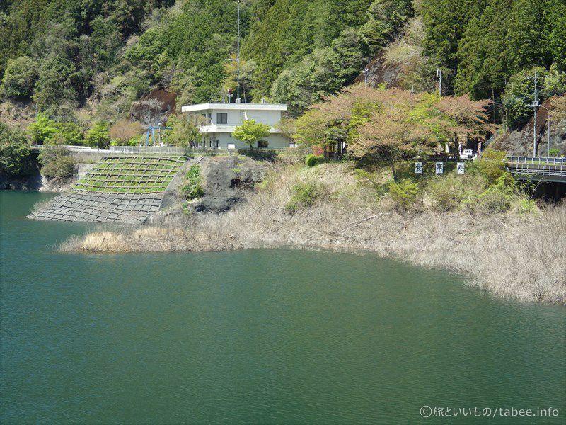 堤体から見る管理事務所